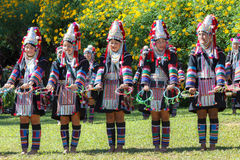 Akha小山部落传统跳舞在泰国 免版税库存照片