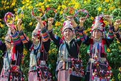 Akha小山部落传统跳舞在泰国 免版税库存图片