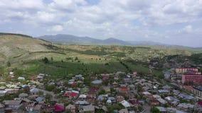 Akhaltsikhe é uma cidade pequena na região do sudoeste de Geórgia Montanhas no horizonte video estoque