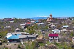 Akhaltsikhe, de luchtmening van Georgië met de kerk en van de Kaukasus bergpieken Royalty-vrije Stock Afbeelding