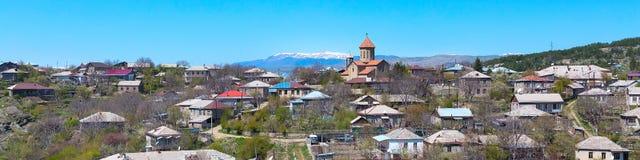 Akhaltsikhe, de luchtmening van Georgië met de kerk en van de Kaukasus bergpieken Royalty-vrije Stock Afbeeldingen