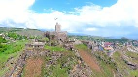 AKHALTSIKHE, GEÓRGIA - EM AGOSTO DE 2018: Ideia da fortaleza do castelo de Rabati do complexo inteiro com quadrado das paredes da filme