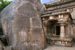 Akhanda Bagilu, Vindhyagiri wzgórze, Shravanbelgola, Karnataka Ogromna skała z kilka cyzelowaniami Jain święty z ich zwolennikami zdjęcie royalty free