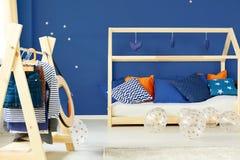 Żakieta łóżko w pokoju i stojak obrazy royalty free