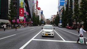 Akihabaradistrict met hoge gebouwen en hoofdstraat in de avond met kleurrijke lichten en niet geïdentificeerde mensen, Tokyo, Jap stock footage