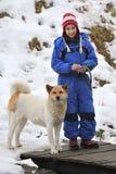 Akita Inu en meisje Royalty-vrije Stock Afbeeldingen