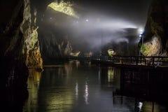 Akiyoshi Cave River met Mist stock afbeeldingen