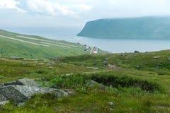 Akkarfjord ist ein kleines Fischerdorf in Soroya-Insel, Finnmark Lizenzfreies Stockfoto