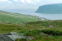 Akkarfjord ist ein kleines Fischerdorf in Soroya-Insel, Finnmark Stockbild