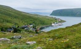 Akkarfjord ist ein kleines Fischerdorf in Soroya-Insel, Finnmark, Norwegen Stockfoto