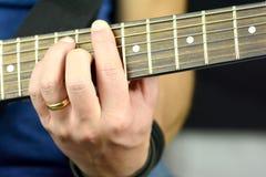 Akkord auf der Gitarre Stockfotos