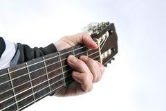 Akkord, der klassische Gitarrennahaufnahme spielt Stockfotos
