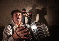 Akkordeon-Spieler, der für Tänzer singt Stockfotos