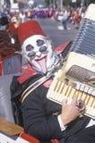 Akkordeonspieler, der ein Fez trägt Lizenzfreies Stockbild