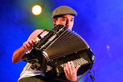 Akkordeonspieler der Live-Musik-Show La Moda (Band) an Bime-Festival Lizenzfreies Stockfoto