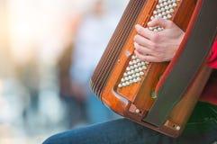 Akkordeonspieler in der Straße Lizenzfreie Stockfotos