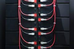 Akkus und elektrische Drähte Industrielle Batterie Stockfoto