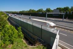Akoestische beschermingsmuur op een weg Stock Foto's