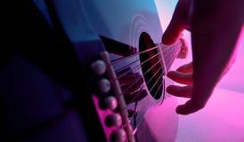 Akoestische die gitaar door een meisje wordt gespeeld stock afbeelding
