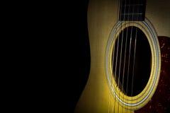 Akoestische die gitaar op zwarte achtergrond wordt geïsoleerd stock foto