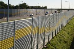 Akoestische die muur die tegen lawaai beschermt door t wordt geproduceerd over te gaan stock foto's