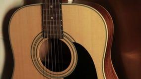 Akoestische gitaar in de studio stock footage