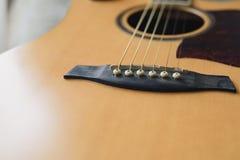 Akoestische gitaar die tegen een houten achtergrond rusten royalty-vrije stock afbeeldingen
