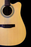 Akoestische gitaar die tegen een lege zwarte rusten als achtergrond royalty-vrije stock afbeeldingen