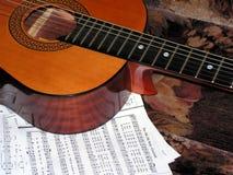 Akoestische gitaar en nota's Stock Afbeeldingen