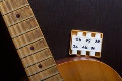 Akoestische gitaar en stemvork om het aan te passen Op een donkere achtergrond stock foto's