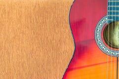 Akoestische gitaar op bruine bankachtergrond Stock Foto