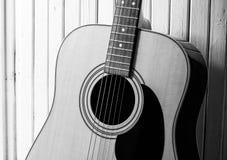 Akoestische gitaar op een houten achtergrond Close-up stock afbeeldingen