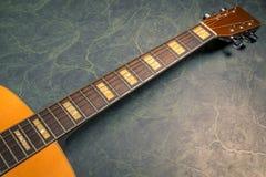 Akoestische gitaar op groen marmer royalty-vrije stock fotografie