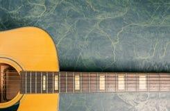Akoestische gitaar op groene marmeren dichte omhooggaand royalty-vrije stock fotografie