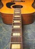 Akoestische gitaar op groene marmeren verticale foto stock foto's