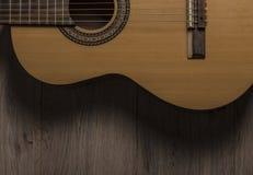 Akoestische gitaar op hout stock afbeeldingen