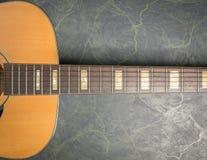 Akoestische gitaar op marmeren dichte omhooggaand royalty-vrije stock afbeeldingen