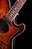 Akoestische gitaar op zwarte achtergrond Royalty-vrije Stock Foto
