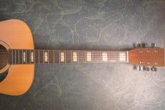 Akoestische gitaar van hierboven op groen marmer royalty-vrije stock afbeeldingen