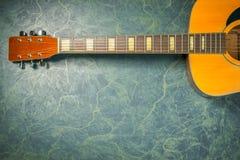 Akoestische gitaar van hierboven op marmer stock foto's