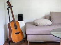 Akoestische gitaar in woonkamer Songwriter concept stock afbeeldingen