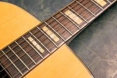 Akoestische gitaardetails op groen marmer stock afbeelding