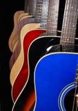 Akoestische gitaren die op zwarte achtergrond worden geïsoleerdi Stock Afbeeldingen