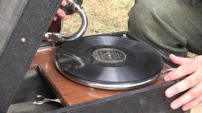 Akoestische Grammofoon die een Schellakverslag spelen stock footage