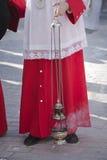Akolutet stöttar rökelsekar i en procession av den heliga veckan Royaltyfri Bild