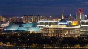 Akorda - presidente la República de Kazajistán y sala de conciertos central de la residencia en el timelapse de la noche almacen de metraje de vídeo