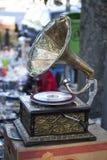 Akordeon, gramofon, stary telefon i muzyczni akcesoria dla sprzedaży przy Suchym mostem, Wprowadzać na rynek w Tbilisi Suchy most Fotografia Stock
