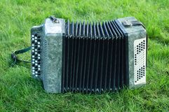 Akordeon na zielonej trawie fotografia stock