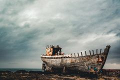 Akranes, Islandia - mayo de 2018: Visión hacia el viejos barco y shipreck oxidados imagen de archivo