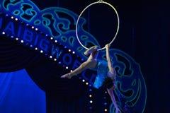Akrobacje przy wysoką akrobatyczną showBaixi sen nocą zdjęcia stock